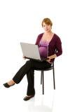 Zwangere vrouw online Royalty-vrije Stock Afbeeldingen