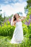 Zwangere vrouw op de aard Royalty-vrije Stock Afbeelding