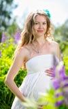 Zwangere vrouw op de aard Royalty-vrije Stock Afbeeldingen