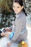 Zwangere vrouw op de aard, de herfsttijd Royalty-vrije Stock Foto