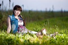 Zwangere vrouw op het gebied stock afbeelding