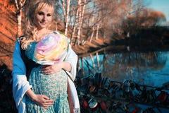 Zwangere vrouw op het park van de gangstad in de herfstdag Royalty-vrije Stock Foto's