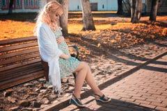 Zwangere vrouw op het park van de gangstad in de herfstdag Stock Foto's