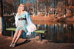 Zwangere vrouw op het park van de gangstad in de herfstdag Royalty-vrije Stock Afbeelding
