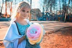 Zwangere vrouw op het park van de gangstad in de herfstdag Stock Afbeeldingen