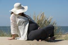 Zwangere Vrouw op het Strand Royalty-vrije Stock Foto
