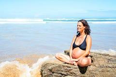 Zwangere vrouw op het strand in de Atlantische Oceaan Stock Afbeelding
