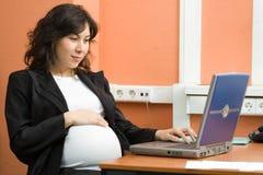 Zwangere vrouw op het werk Royalty-vrije Stock Afbeelding
