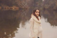 Zwangere vrouw op openlucht de herfstgang, comfortabele warme stemming Royalty-vrije Stock Foto's