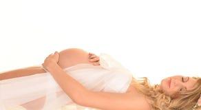 Zwangere vrouw op rug Stock Afbeeldingen