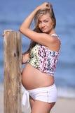 Zwangere vrouw op strand Stock Foto