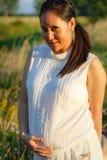 Zwangere vrouw in openlucht stock foto's
