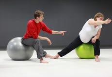Zwangere vrouw + persoonlijke trainer opleiding Royalty-vrije Stock Afbeelding