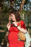 Zwangere vrouw in rood royalty-vrije stock foto