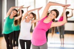 Zwangere vrouwen bij gymnastiek stock afbeelding
