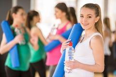Zwangere vrouwen bij gymnastiek Stock Foto's