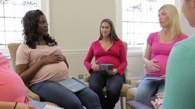 Zwangere Vrouwen die bij Ante Natal Class samenkomen stock video