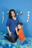 Zwangere vrouwen en weinig jongen Royalty-vrije Stock Afbeeldingen