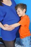 Zwangere vrouwen en weinig jongen Stock Foto's