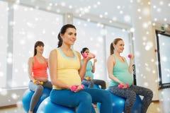 Zwangere vrouwen met domoren en oefeningsbal Royalty-vrije Stock Afbeeldingen