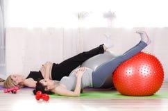 Zwangere vrouwen met grote gymnastiek- ballen Royalty-vrije Stock Foto's