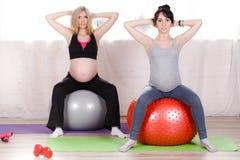 Zwangere vrouwen met grote gymnastiek- ballen Stock Afbeeldingen