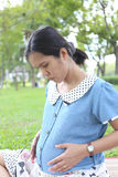 Zwangere vrouwen zijn er verdenkingen dat de baby in buik  Stock Afbeelding