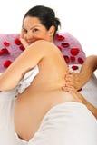 Zwangere vrouwenmassage stock afbeelding