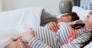 Zwangere vrouwenslaap op bed in slaapkamer 4k stock video