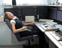 Zwangere vrouwenslaap op het werk stock afbeelding