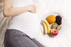 Zwangere vrouwenvoeding Royalty-vrije Stock Afbeeldingen