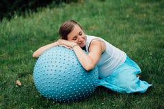 Zwangere yoga prenatale het doen verschillende oefeningen met fitball in park op het gras, ademhaling, het uitrekken zich, Pilate stock fotografie