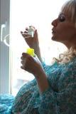 Zwangere zeep blazende bellen Stock Afbeelding