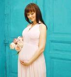Zwangerschap, moederschap en gelukkig toekomstig moederconcept - vrouw Stock Fotografie