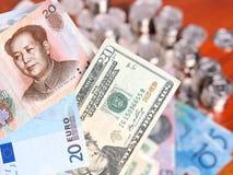 Zwanzig Chinesen Yuan, Euro und US-Dollar Anmerkungen Stockbild