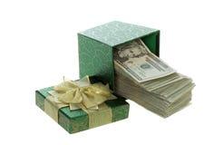 Zwanzig Dollarscheine, die aus einen grünen Geschenk-Kasten herauskommen Stockbilder
