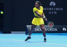 Zwanzig einmal Grand Slam-Meister Serena Williams in der Aktion während ihres Viertelfinalematches an Australian Open-Endspiel 20 Lizenzfreie Stockfotos