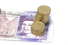 Zwanzig-Pfund-Anmerkung mit Münzen lizenzfreies stockbild