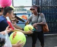 Zwanzig unterzeichnende Autogramme mit einen Zeiten Grand Slam-Meister Serena Williams nach Praxis für US Open 2015 lizenzfreie stockfotos
