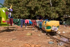 Zware beschadigde stuk speelgoed auto van achtbaan in pretpark in Banlung-stad stock fotografie