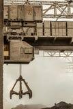 Zware elektrische luchtkraan met clamshelltang stock fotografie