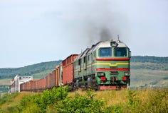 Zware goederentrein die door diesel locomotief wordt getrokken Royalty-vrije Stock Foto's