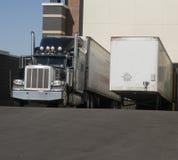Zware goederenvrachtwagen bij ladingsbaai Royalty-vrije Stock Foto