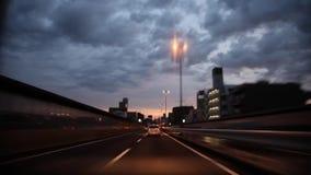 Zware grijze regenwolk in hemel over de bezige weg van de verkeersweg in eerste persoon POV op overweldigende mening van het glas stock footage