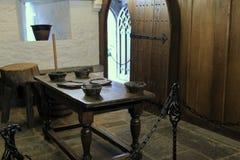 Zware houten lijst en vertoning van kommen in één van vele ruimten, Rots van Cashel, Ierland, 2014 Stock Afbeelding