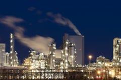 Zware industriefabriek bij nacht stock afbeelding