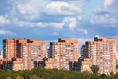 Zware lage blauwe wolken over moderne stedelijke gebouwen Stock Fotografie