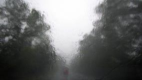 Zware Regen achter Voorruit met het Bewegen van Wissers Gevaar op weg Dichtbijgelegen-gecentreerd Zicht stock footage