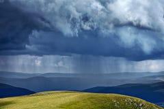 Zware regen in bergen royalty-vrije stock afbeelding