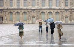 Zware Regen bij het Louvre stock foto